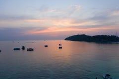 Den Paradise ön Crystal Clear Sea som är blå, gömma i handflatan, på fyre royaltyfria bilder
