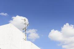 Den parallella TVantennen på byggnaden Arkivbild