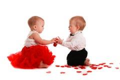 Den parflickan och pojken behandla som ett barn att spela med hjärtabegreppsvalentin Arkivbild