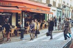 Den Paris Frankrike staden går loppforsen Arkivbilder