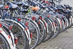 Den parkerade raden cyklar i Amsterdam, Nederländerna Fotografering för Bildbyråer