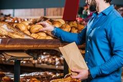 den partiska sikten av att ta för shoppare släntrar av bröd arkivbilder