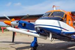 Den partiska sikten av ett propellerflygplan med två motorer och en målning i färgerna av fotbollen klubbar Eintracht Braunschwei arkivfoton