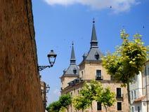 Den partiska sikten av den hertigliga slotten av Lerma och vilar av historisk plats royaltyfri bild