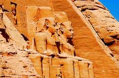Den partiska sikten av massiva två vaggar tempel, de tvilling- templen sneds ursprungligen ut ur bergssidan under regeringstiden  Arkivbild