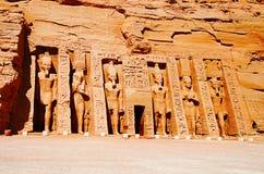 Den partiska sikten av massiva två vaggar tempel, de tvilling- templen sneds ursprungligen ut ur bergssidan under regeringstiden  Royaltyfria Foton