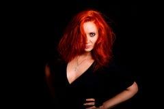 Den passionerade flickan med rött hår ser direkt på dig Royaltyfria Bilder