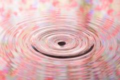 Den pastellfärgade blommamodellen av vattenreflexionen och vatten tappar Royaltyfri Foto