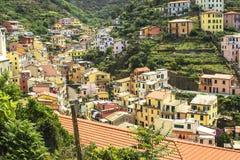 Den pastellfärgade staden av Riomaggiore Royaltyfria Foton