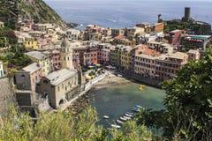 Den pastellfärgade staden av Vernazza Arkivbilder