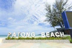 Den Patong stranden undertecknar in Patong, Phuket, Thailand royaltyfria foton