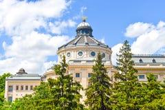 Den patriark- slotten med grönt härligt parkerar trädgårdar i en sommardag Neo-klassisk arkitektur i Bucharest, Rumänien royaltyfri fotografi