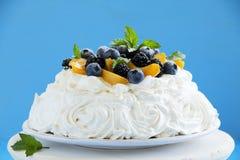 Den Pavlova kakan med blåbäret Arkivbild