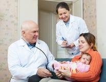 Den pediatriska doktorn som undersöker behandla som ett barn lite Royaltyfria Foton