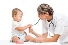 Den pediatriska doktorn som undersöker, behandla som ett barn patienten Royaltyfria Foton