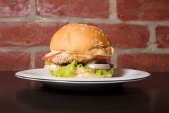 Den perfekta amerikanska hamburgaren som den perfekta amerikanska hamburgaren tjänade som på plattan arkivfoton