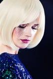 Den perfekta damen Fashion Model med konstnärligt blänker makeup Arkivbild