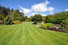 Den perfekta engelska landsträdgården royaltyfri foto