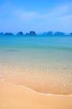 Den perfekta vita stranden och värme det blåa havet, Thailand Arkivbilder