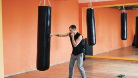 Den personliga lagledaren ger individuell boxas utbildning i idrottshall Övningar som förlorar vikt för tjock grabb i konditionkl arkivfilmer