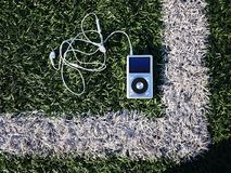 Den personliga spelaren MP3 som lyssnar till ditt favorit-, trimmar, konstnärer och musik Denna spelare tar upp litet utrymme, vä royaltyfria foton