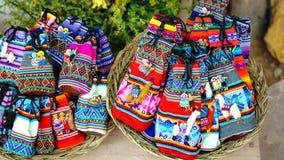 Den peruanska dockaförsäljningen i souvenir shoppar av Cusco, Peru handgjort fotografering för bildbyråer