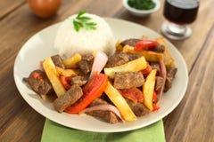 Den Peruvan maträtten kallade Lomo Saltado Arkivfoton