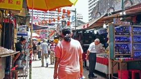 Den Petaling gatan är en chinatown som lokaliseras i Kuala Lumpur, Malaysia Det trängde ihop vanligt med lokaler såväl som turist stock video