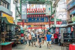 Den Petaling gatan är en chinatown som lokaliseras i Kuala Lumpur, Malaysia Det trängde ihop vanligt med lokaler såväl som turist Royaltyfria Foton