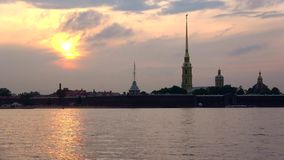 Den Peter och Paul fästningen på bakgrunden fördunklar solnedgångtimelapse petersburg russia st arkivfilmer