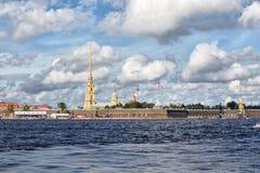 Den Peter och Paul fästningen under extrema segla katamaran för seriehandling 5 springer i St Petersburg, Ryssland Arkivbild