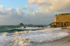 Den Petit vågor och lilla fästningen är i Saint Malo Royaltyfri Bild