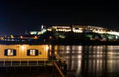 Den Petrovaradin fästningen på Donauen Arkivfoto