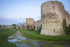 Den Pevensey slotten fördärvar, Sussex, UK arkivfoto