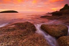 Den Phuket stranden på soluppgång med att intressera vaggar i förgrund Arkivfoton