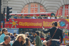 Den Piccadilly fyrkanten i London trängde ihop vid turister Royaltyfria Foton