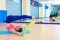 Den Pilates kvinnan rullar över gummibandövning Fotografering för Bildbyråer