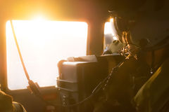 Den pilot- brädeoperatören med hjälmen och kommunikationen exploaterar Arkivfoton