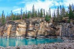 Den pittoreska athabascaen faller floden Kanada Arkivfoto