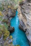 Den pittoreska athabascaen faller floden Kanada Arkivbild