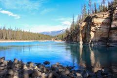 Den pittoreska athabascaen faller floden Kanada Royaltyfri Foto