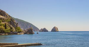 Den pittoreska fjärden av Blacket Sea med separat vaggar på horisonten crimea royaltyfria foton