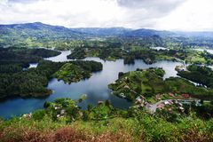 Den pittoreska Guatape sjön - El Penol - i den Antioquia avdelningen som ses från El Penon de Guatape Royaltyfria Bilder