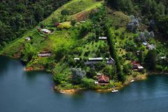 Den pittoreska Guatape sjön - El Penol - i den Antioquia avdelningen som ses från El Penon de Guatape Fotografering för Bildbyråer