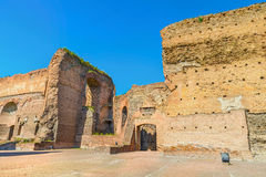 Den pittoreska sikten fördärvar på den forntida Roman Baths av Caracalla (Thermae Antoninianae) på den soliga dagen Arkivfoto