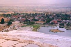 Den pittoreska sikten från saltar berget i Turkiet till staden i sommar arkivbilder