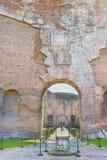 Den pittoreska sikten på passage till Frigidarium i fördärvar de forntida roman baden av Caracalla (Thermae Antoninianae) Royaltyfria Foton