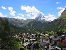Den pittoreska sikten på den schweizareZermatt byn med bostadsområdet och Matterhorn monterar i Schweiz royaltyfri fotografi