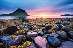 Den pittoreska solnedgången över landskap och vattenfall Kirkjufell berg iceland royaltyfri fotografi