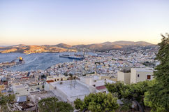 Den pittoreska staden av den Syros ön, Grekland, i aftonen Fotografering för Bildbyråer